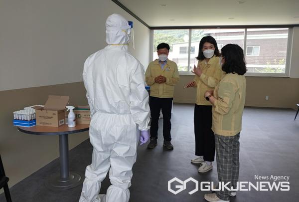 이미화 부군수(우측 2번째)가 구룡동동농공업단지 임시선별검사소를 돌아보고 있다.