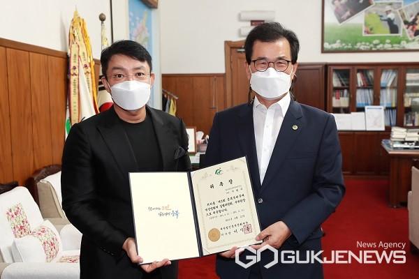 왼쪽부터 배우 이범수 씨, 이시종 충북지사.(제공=충북도청)