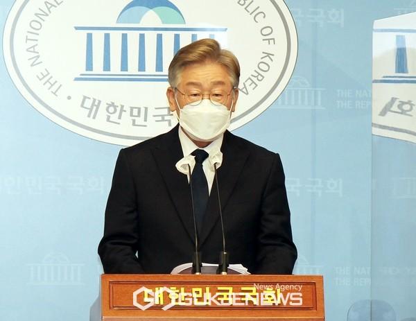이재명 더불어민주당 대선 경선후보가 22일 오전 국회 소통관에서 제2차 기본소득 정책공약 발표 기자회견을 하고 있다.