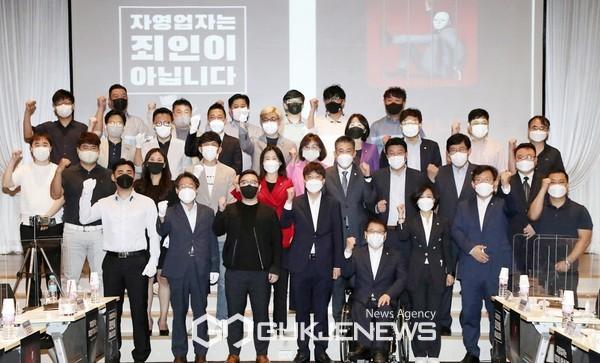 이준석 국민의힘 대표가 22일 서울 마포구 중소기업DMC타워 DMC홀에서 열린 중소상공인·자영업자국민의힘 현안간담회 참석해 자영업자들과 기념촬영을 하고 있다.