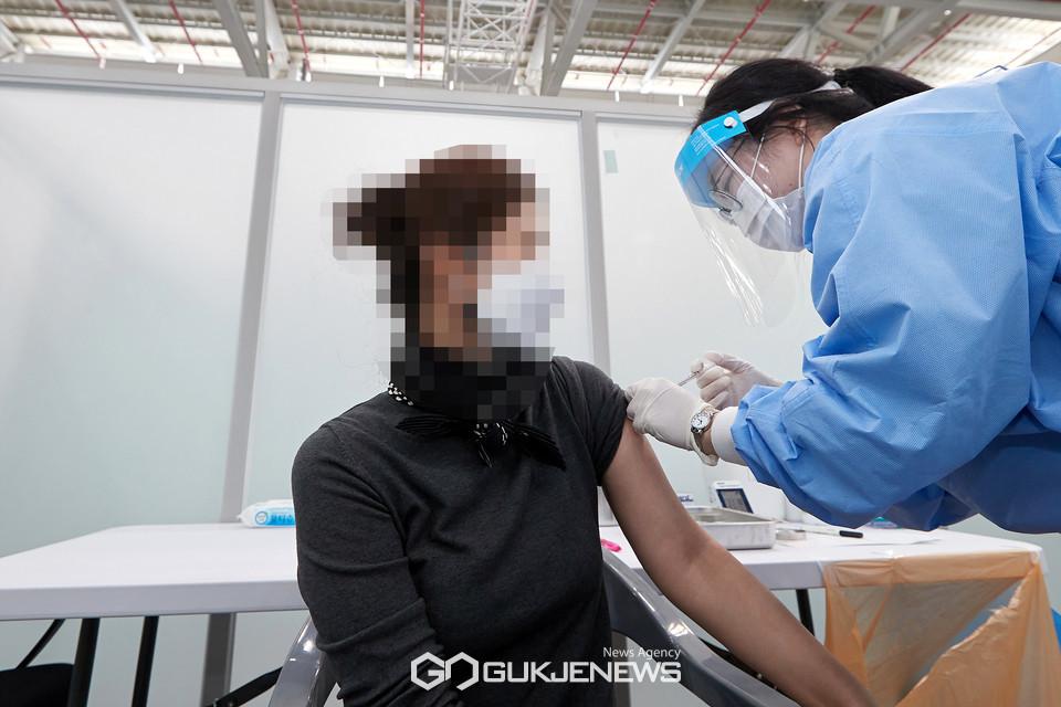 예방접종센터에서 백신 접종하는 시민