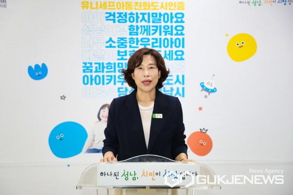 (사진=성남시)8월30일 허은 아동보육과장이 온라인 브리핑을 하고있다