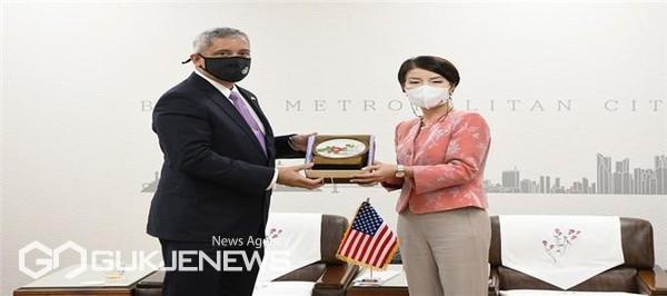 박은하 국제관계대사, 크리스토퍼 델 코소(Christopher Del Corso) 주한미국 대사대리 접견 모습/제공=부산시