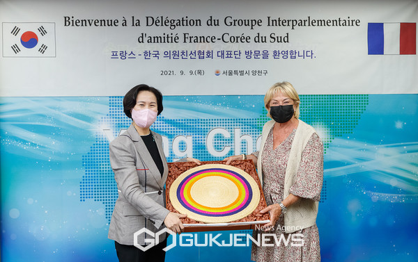 카트린 뒤마 회장에게 화문석 방석을 전달하고 기념촬영 중인 김수영 양천구청장