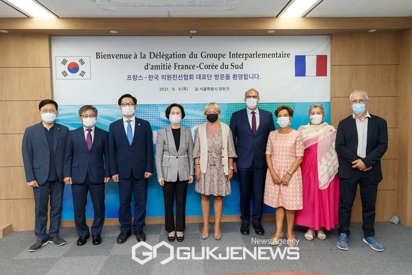 한국-프랑스 의원친선협회 대표단과 기념촬영 중인 김수영 양천구청장