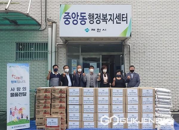 제천시 중앙동 직능단체 연합회, 관내 취약계층 위한 560만원 상당 위문품 기탁 모습(사진=제천시)