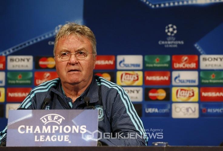 15일(현지시각) 파리에 위치한 파르크 데 프랑스에서 기자회견을 하고 있는 거스 히딩크 첼시 감독. (로이터/국제뉴스)