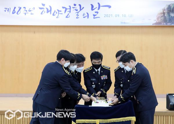 '제68주년 해양경찰의 날'을 맞아 박형민 부산해양경찰서장(가운데)과 경찰관들이 기념식 케익 커팅식을 하고 있다/제공=부산해경