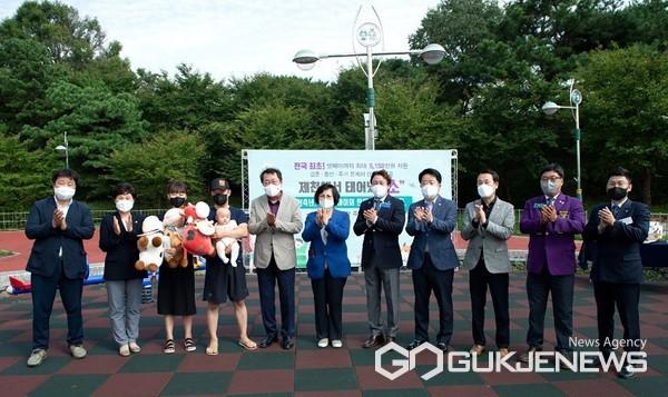 주택자금지원 수혜가정 축하이벤트 모습(사진=제천시)