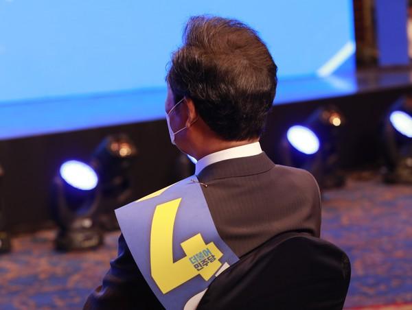 이낙연 더불어민주당 대선예비후보가 11일 오후 대구 인터불고 호텔에서 열린 대구경북 순회경선에서 이재명 후보의 정견발표를 지켜보고 있다.