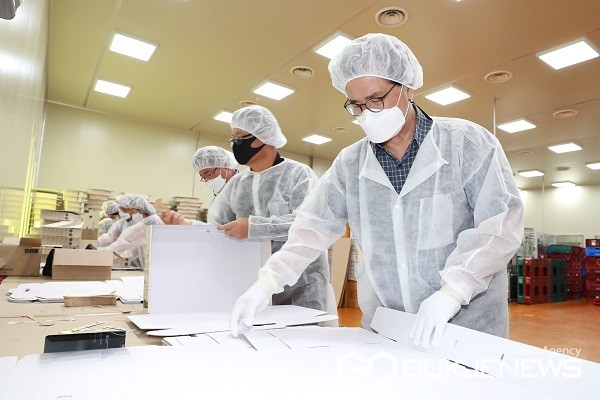 이시종지사가11일괴산군소재조미김생산기업에서생산적일손봉사에참여하고있다.(제공=충북도청)