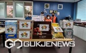 이웃돕기 성·금품 전달 모습 (왼쪽부터 : 박창준 동장, 최석림 동래소방서 사직119 안전센터)/제공=동래구청