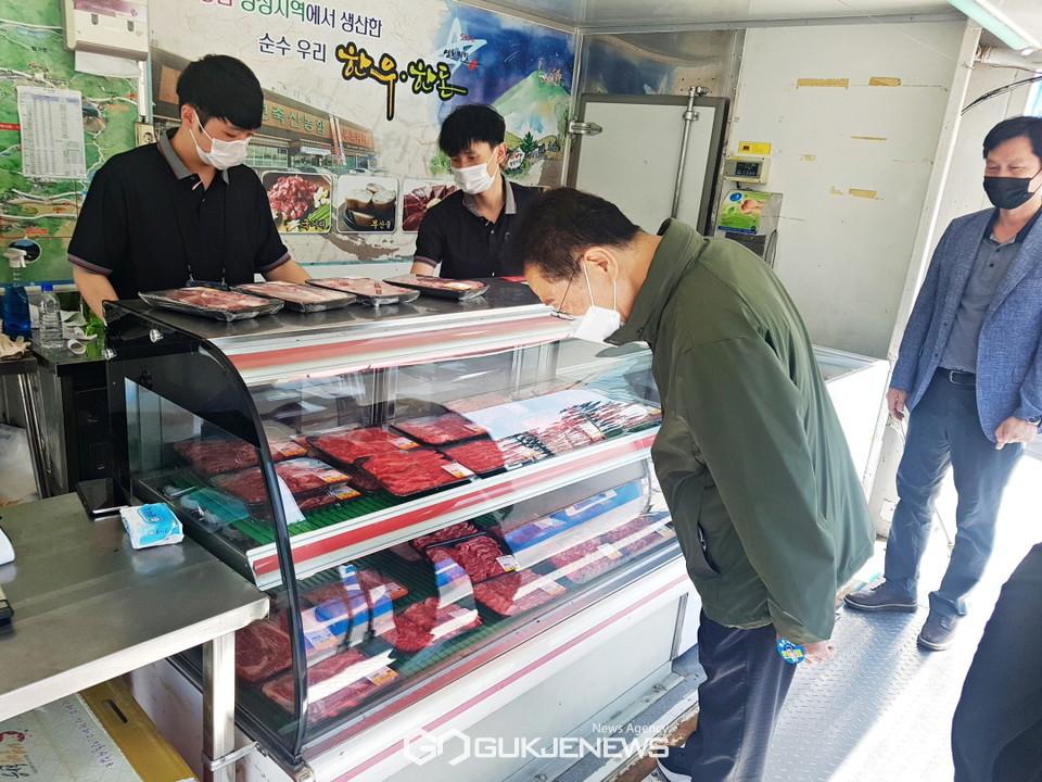대구 엑스코 도농상생 한우 소비촉진 행사장을 방문하고 있는 최기문 영천시장