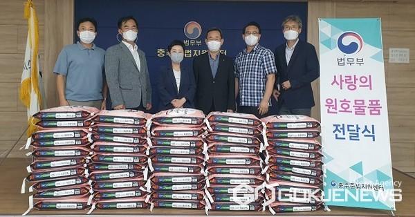 농협 충주시지부·음성군지부는 13일 법무부 충주준법지원센터 방문 사랑의 쌀 기탁 모습(사진=충주준법지원센터)