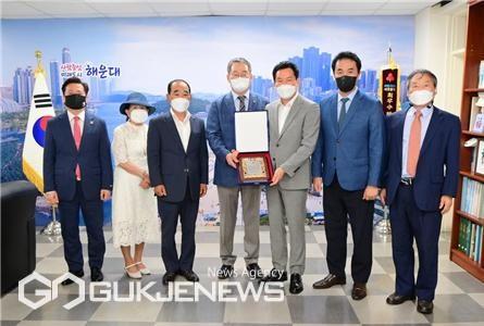 재부 고성향우회 '불우이웃돕기 성금' 전달 모습/제공=해운대구청