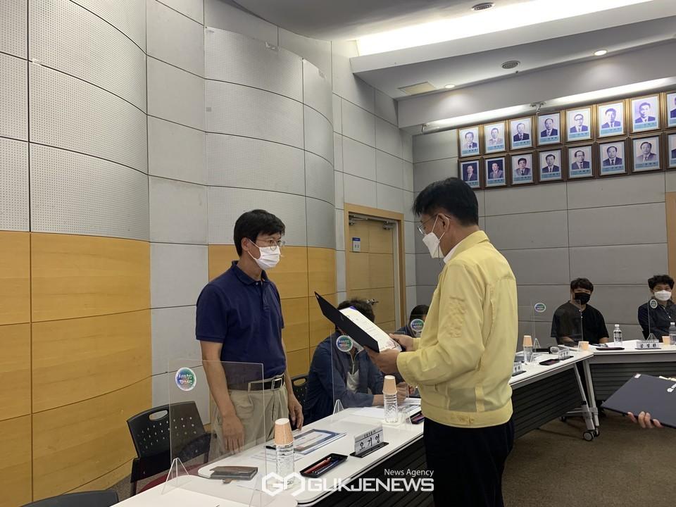 천안시가 13일 시청 대회의실에서 '천안시 화학물질 지역협의체 회의'를 개최해 전만권 부시장이 지역협의체 위원들에게 위촉장을 수여하고 있다.