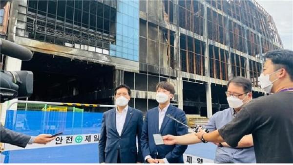 (사진제공=송석준 의원실) 송석준 의원과 이준석 대표, 쿠팡 화재현장 점검