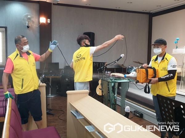 양산시 삼성동청년회들이 방역 활동을 실시하고있는 모습.