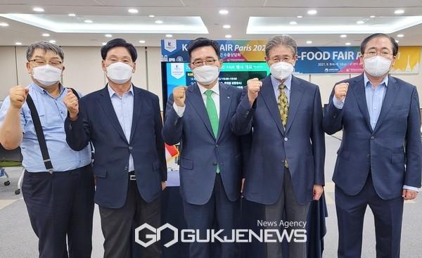 2021 파리 K-Food FAIR B2B 수출상담회 한국농수산식품유통공사 김춘진 사장(가운데)