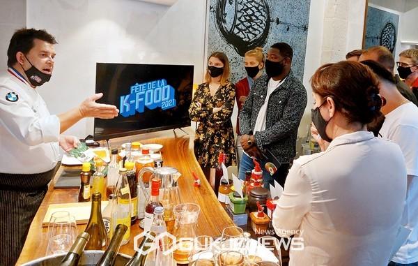 2021 파리 K-Food FAIR 사전 행사 요리 시연 프랑스 요리 명장 에릭 트로숑 미슐랭 셰프(좌측)