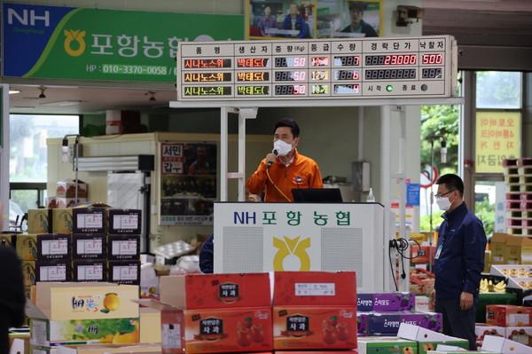 이강덕 포항시장이 14일 포항농산물도매시장의 경매현장을 방문해 유통 종사자들에게 격려 인사를 하고 있다. (사진 = 포항시)