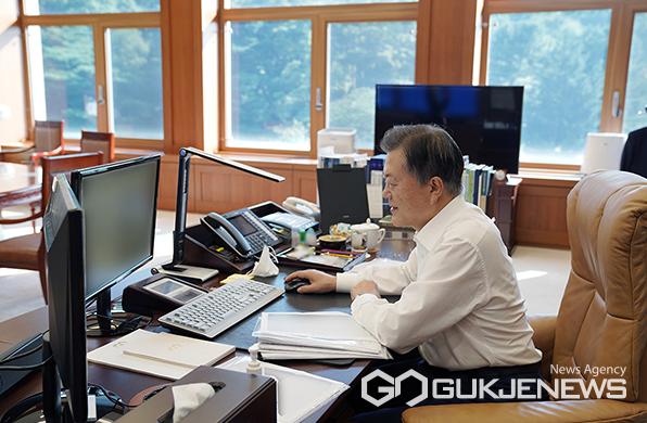문재인 대통령이 14일 오전 청와대 집무실에서 '광주형 일자리'를 통해 처음으로 생산되는 경형 SUV 차량 '캐스퍼'를 온라인 사전예약하고 있다.