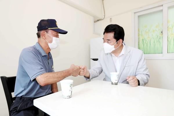 백군기 시장이 경비 근로자 휴게 공간 개선 현장을 방문해 시설을 점검하고 근로자들과 담소를 나누고 있다.(사진=용인시)
