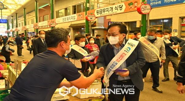 억지춘양시장 상인들을 격려하는 엄태항 봉화군수