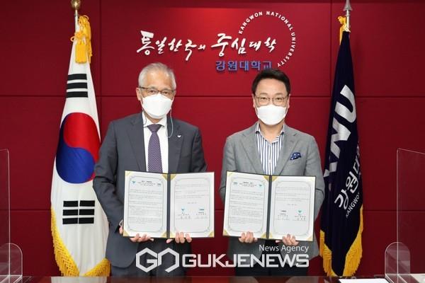 서진호SPC식품생명공학연구소장(왼쪽), 김헌영 강원대 총장
