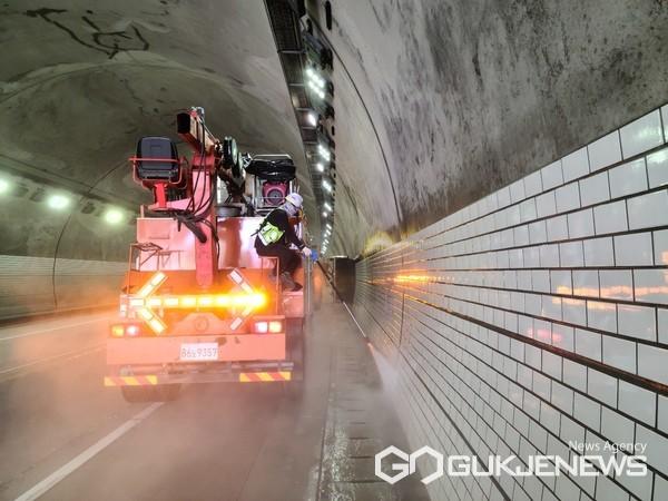 처인구 터널 물 청소 모습(사진=용인시)