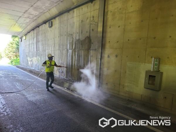 처인구 지하차도 물 청소 모습(사진=용인시)