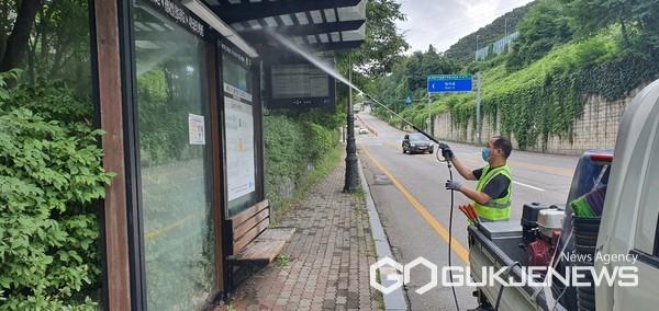 수지구 버스 승강장 세척 모습(사진=용인시)