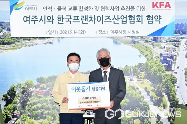 (왼쪽부터) 이항진 여주시장, 정현식 한국프랜차이즈산업협회장 (사진=여주시청 홍보팀)