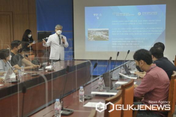 유희철병원장이앞으로3년간의병원'비전제시'를설명하고있다.(사진=전북대병원)