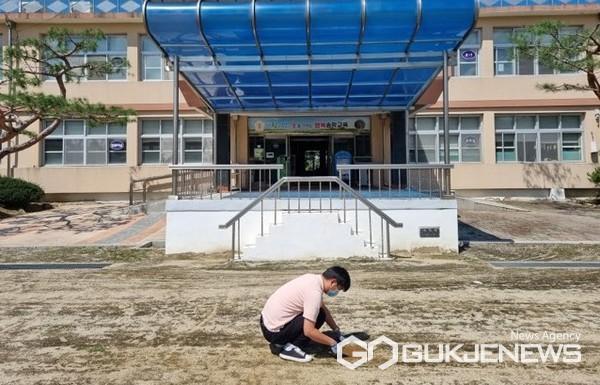제천교육지원청 학교운동장 유해성 실태조사 모습(사진=제천교육청)