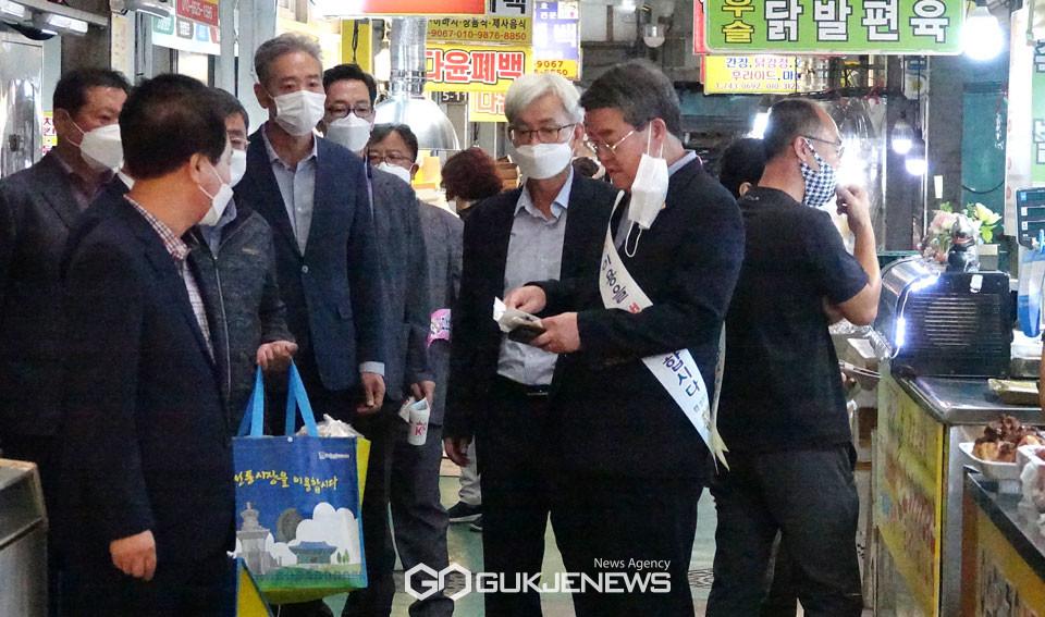 (사진=김진태 기자) 추석 전통시장 장보기에 나선 경주시의회 의원들과 사무처 직원들