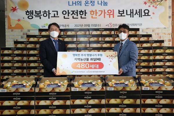 (사진제공=LH) 김현준 LH 사장(왼쪽)이 영구임대주택 입주 노인들에게 지역 농산물과 송편을 전달하고 있다.