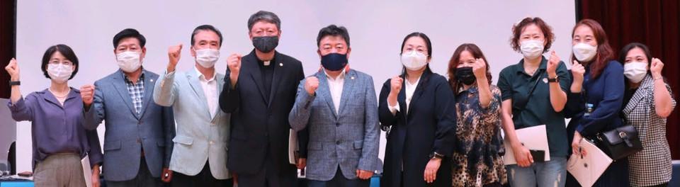 의정토론회 후 오인환 의원과 학부모들