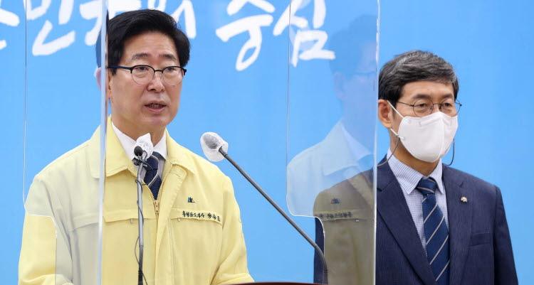 양승조 지사와 김용찬 총장(우)