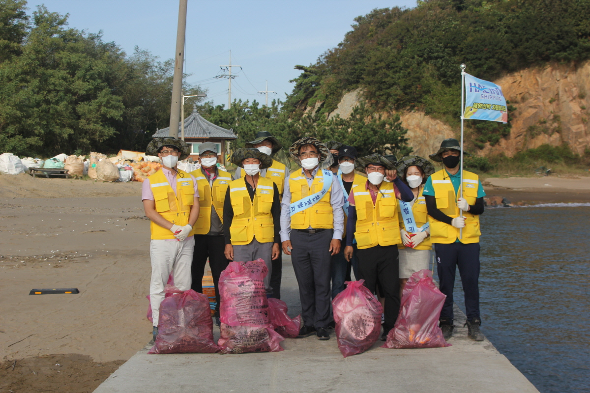 해양선박 자원봉사단이 5일 충남 서천군 장항읍 송림리 유부도 인근에서 환경보호 활동을 펼치고 기념사진을 촬영하고 있다.