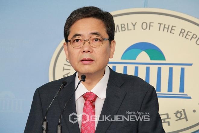 곽상도 자유한국당 의원이 18일 오전 국회 정론관에서 기자회견을 열고 문재인 대통령 사위가 타이 이스타제트에 취업사실을 확인했다고 말하고 있다.