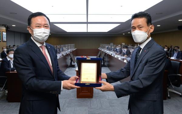 한국전력기술이 2021년 공공부문 인적자원개발 우수기관 인증(Best HRD) 인증패를 획득했다(왼쪽부터 한국전력기술 김성암 사장, 고재일 인재개발원장).(사진=한국전력기술)