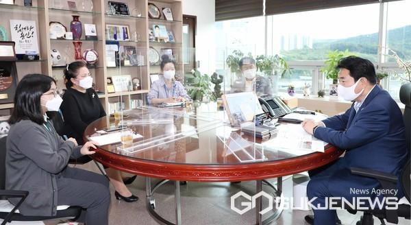 백군기 용인시장이 6일 꿈이룸 학생기자단의 구효주 기자와 인터뷰를 하고 있다.(사진=용인시)