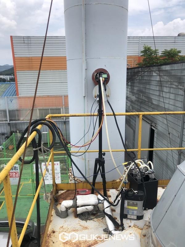 배출구에설치된측정구에서먼지,THC(총탄화수소)측정중인모습(사진=용인시)