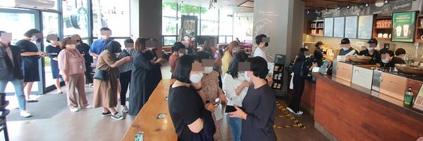 28일 대전 서구 한 스타벅스커피샵에서 다회용 컵 '스벅 리유저블컵'을 주문하려는 시민들이 길게 줄지어 서 있다.