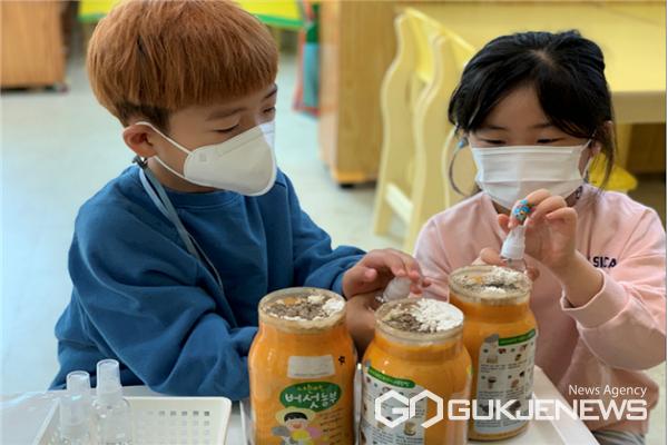 지난해 아이들이 버섯 키트를 통한 체험을 하고 있다.(제공=충북대학교)