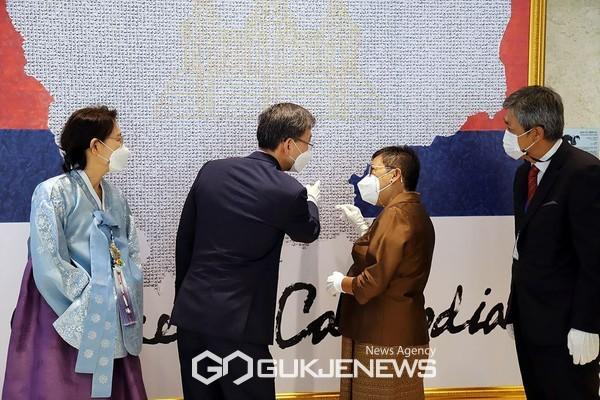 박흥경 대사가 프엉사코나 장관에게 한한국 평화작가의 캄보디아 지도 작품을 설명. 사진=강도영 기자