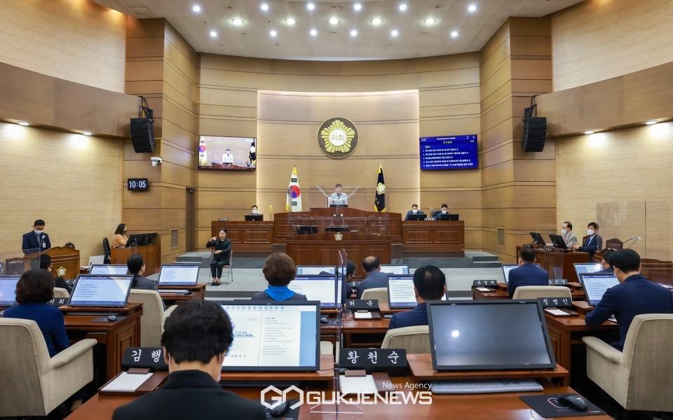 천안시의회가 8일 제245회 원포인트 임시회를 개최하고, 3회 추가경정예산안과 의원 발의 안건을 처리하고 있다.