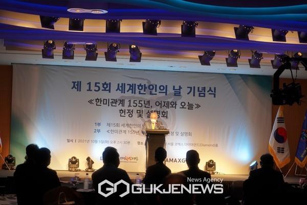 세계한인재단 박상원 총회장이 환영사를 하고 있다