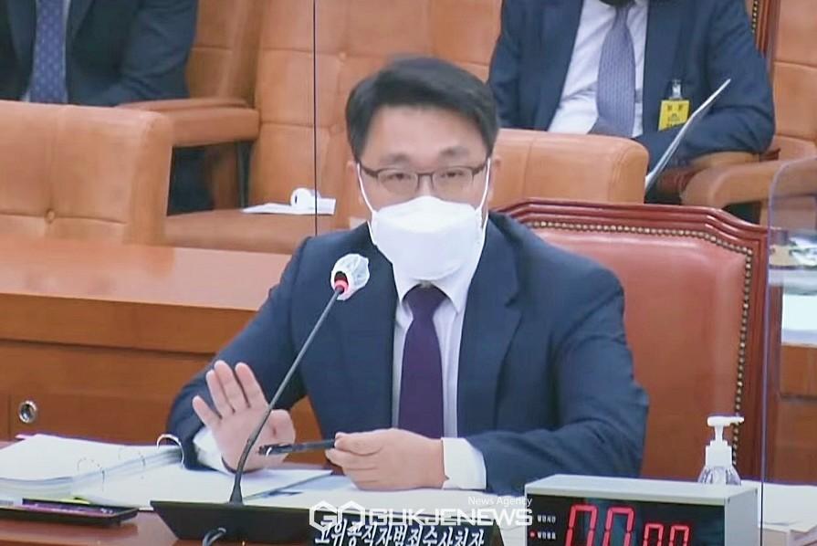 김진욱 공수처장이 12일 오후 국회 법제사법위원회 국정감사에 출석해 고발 사주 사건 등 여야 질의에 답변하고 있다.